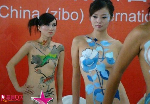 国际陶瓷博览会上美女全裸做瓷